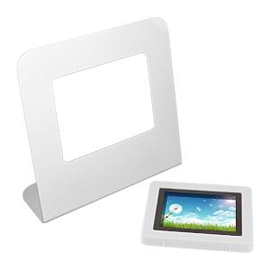 """Estación Digital Porta-Fotos con marco metálico autosustentable, pantalla LCD 2.4"""" desmontable. Multi-idioma con Reloj, Alarma y Calendario. Memoria interna de 8MB. Incluye batería de litio de 3.7V-180MAH y fuente USB 5V."""