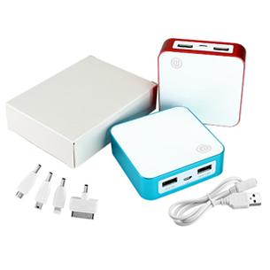 Power Bank cargador USB de plástico ABS con borde metálico. Capacidad 8400mAh. Incluye cable USB + 4 adaptadores para iPhone 4, 5 y 6, Samsung Galaxy, Mini-USB, etc. Batería recargable incorporada. Presentación en caja blanca de regalo.