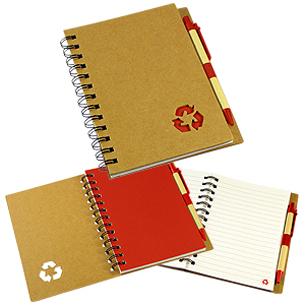 """Cuaderno Ecológico con Tapas Duras de Cartón Reciclado 650gsm, 70 hojas interiores lineadas y anillado metalico doble cero. Incluye Bolígrafo Ecológico y logo """"Reciclable"""" troquelado en la tapa."""