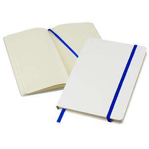 """Cuaderno modelo """"Whiteskine"""" tamaño A5, con cubierta de cartón piedra forrada en PU simil cuero blanco de 1.5mm de espesor. Interior 80 hojas limpias amarillas de 80gsm. Incluye banda elástica y huincha separador de hojas de color. Presentación individual en bolsa de polipropileno."""