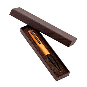 Bolígrafo Ejecutivo de Madera de Bambú, con terminales negro opaco. Refill plástico parker type. Escritura azul. Presentación individual en Estuche de Cartón plisado negro.