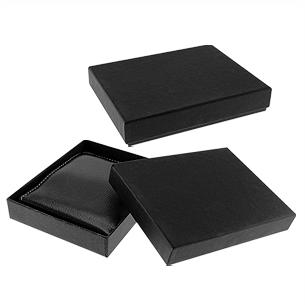 Billetera de PU. Presentación en caja de regalo de cartón forrado negro.